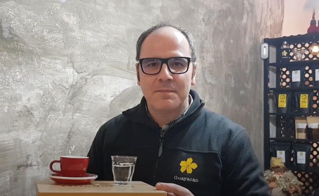 ¿Por qué un vaso de agua junto con el café?